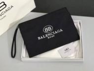 存在感を発揮するBALENCIAGAバレンシアガコピー刺繍ロゴ付きキャンバスクラッチバッグ