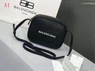 高級感バレンシアガ ショルダーバッグ コピーBALENCIAGAエブリデイカメラバッグXSロゴ付きカーフスキンスモールバッグ489809D6W2N1000